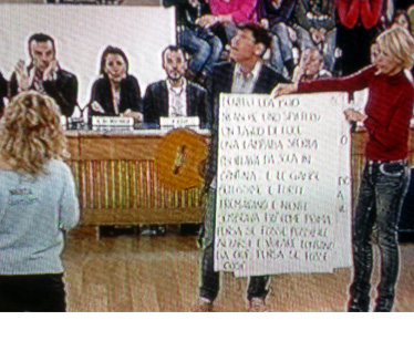 Gianni Morandi e Maria De Filippi fanno da gobbo