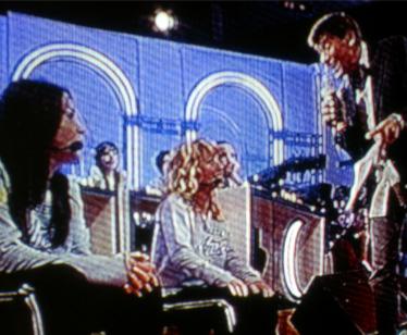 Gianni Morandi canta per le sfidanti