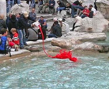 La Fontana di Trevi si tinge di rosso: ecco il video che ha incastrato il colpevole