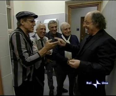 """Adriano Celentano nelle """"celebri"""" toilette degli studi della Rai di Milano"""