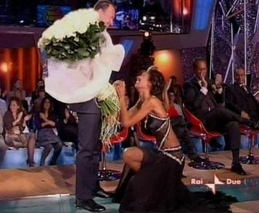 Il marito di Karen la accoglie con 100 rose