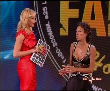 Karen risponde alle domande di Simona