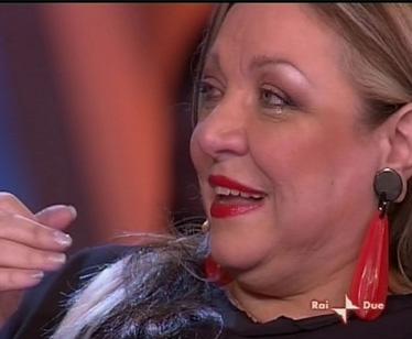 Maria Giovanna Maglie si commuove all'ingresso di Debora Caprioglio