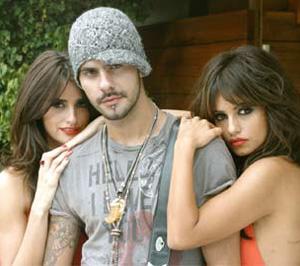 Eduardo Cruz con le due sorelle, Monica e Penelope