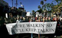 Strike a deal, una marcia per porre fine allo sciopero degli sceneggiatori