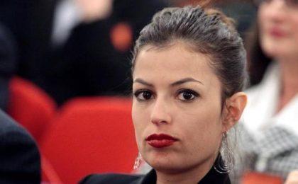 Sara Tommasi tra i banchi di scuola: supplente sexy nel film di Luca Biglione