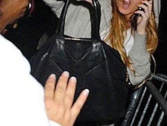 Lindsay Lohan dà un pugno a un fotografo