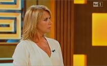 Monica Leofreddi, A torto o ragione: troupe Endemol aggredita a sassate