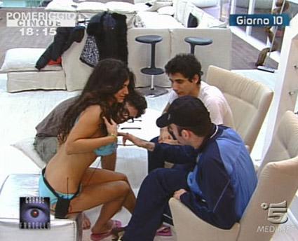 GF9: Cai vs Daniela, Gerry prova le tette di Cristina