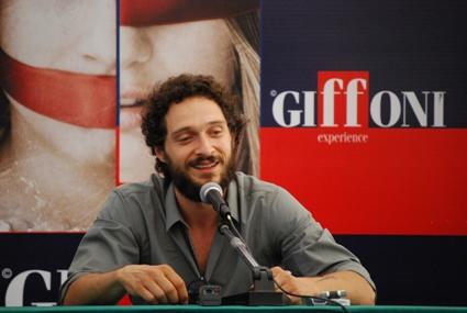 Claudio Santamaria depresso al cinema, gay in tv