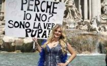 Francesca Cipriani protesta a Fontana di Trevi