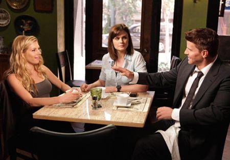 la prima foto della nuova fidanzata di Booth (Katheryn Winnick), Booth (David Boreanaz) e Brennan (Emily Deschanel)