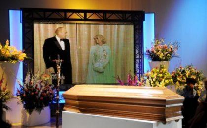 Sandra Mondaini, i video dei funerali. Ma striscia la polemica tra familiari