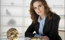 Bones 6, Emily Deschanel debutta da regista; nel finale la verità su Booth e Brennan?