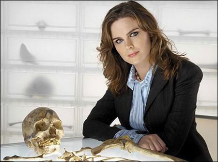 Bones 6, Emily Deschanel debutta da regista; nel finale 'la verità' su Booth e Brennan?