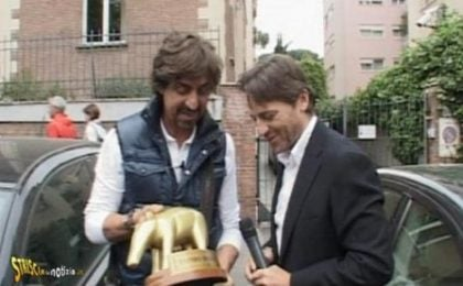 Striscia la Notizia consegna un tapiro d'oro ad Alessio Vinci