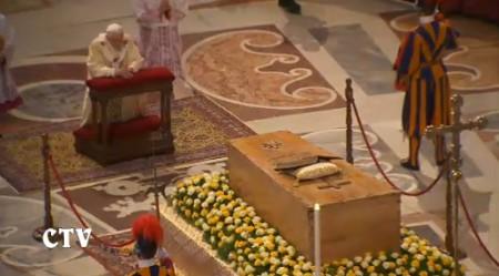 beatificazione wojtyla omaggio ratzinger bara
