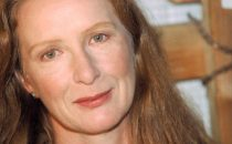 Casting: Frances Conroy in Beautiful People, Marcia Gay Harden in Isabel, Rhona Mitra per Strike Back 2