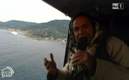 Naufragio Costa: in attesa del plastico, Vespa sorvola la Concordia (video)
