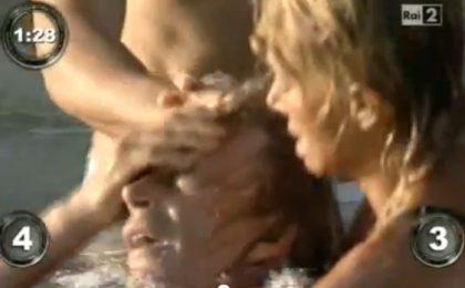 Isola dei Famosi 2012, Enzo Paolo Turchi vittima della pelota: le immagini dell'incidente [VIDEO]