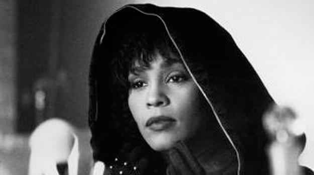 Canale 5 schiera Whitney Houston contro Sanremo 2012: non c'è rispetto per nessuno…