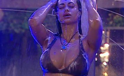 Cristina Del Basso al GF 12 ripete il rito delle docce mozzafiato, foto
