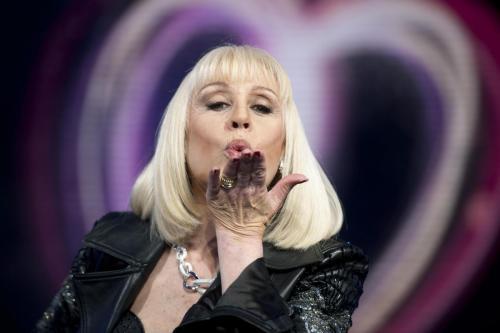 Raffaella Carrà torna in tv, su Canale5 con Mamma mia. E spara a zero su De Filippi e Clerici