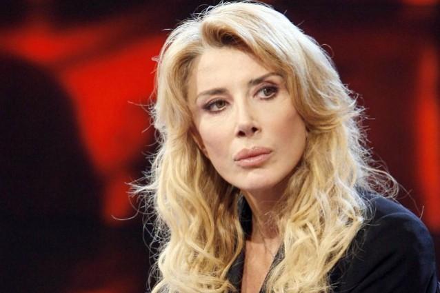Le Iene: Gabriella Carlucci prende per i capelli un inviato e annuncia querela