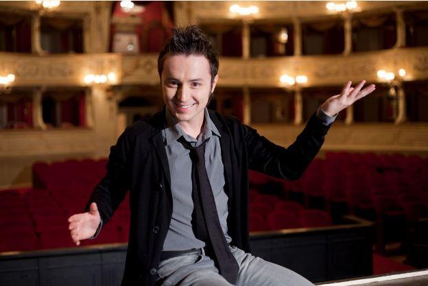 Matteo Macchioni dopo Amici conduce Mozart a Modo Mio su DeAKids