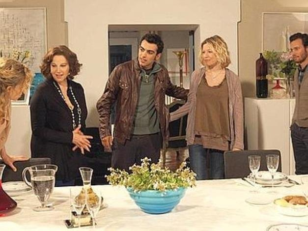 Ascolti tv lunedì 23 aprile 2012: Una Grande Famiglia straccia Scherzi a Parte