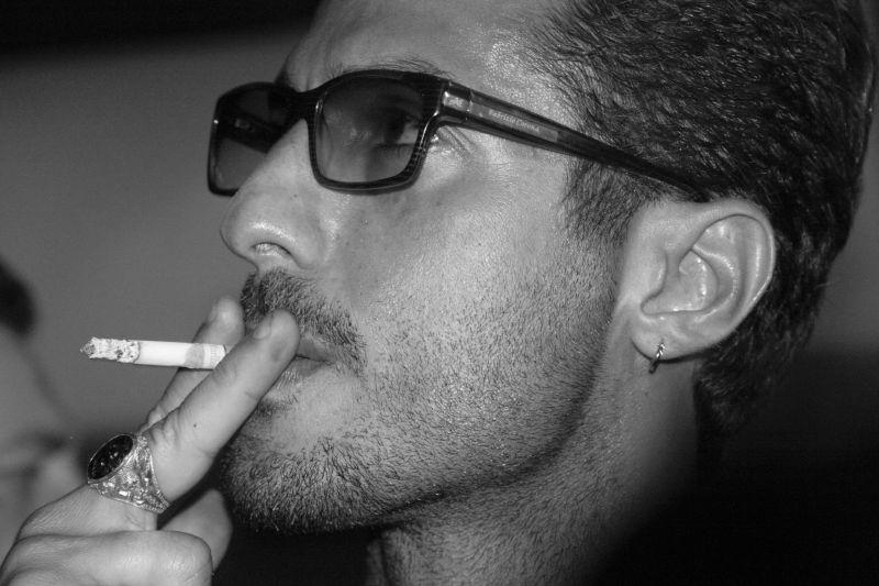 Fabrizio Corona fuma