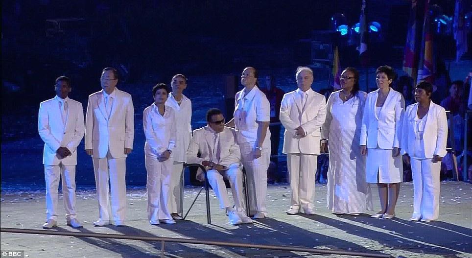 Il gruppo di ex atleti e autorita che ha portato la bandiera olimpica