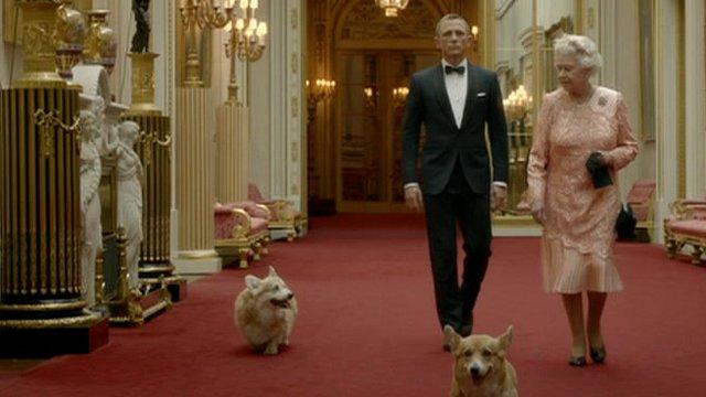 La Regina accompagnata da Daniel Craig
