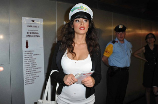 Mario Balotelli e Raffaella Fico, guerra tra famiglie: 'Lei incinta solo per pubblicità'