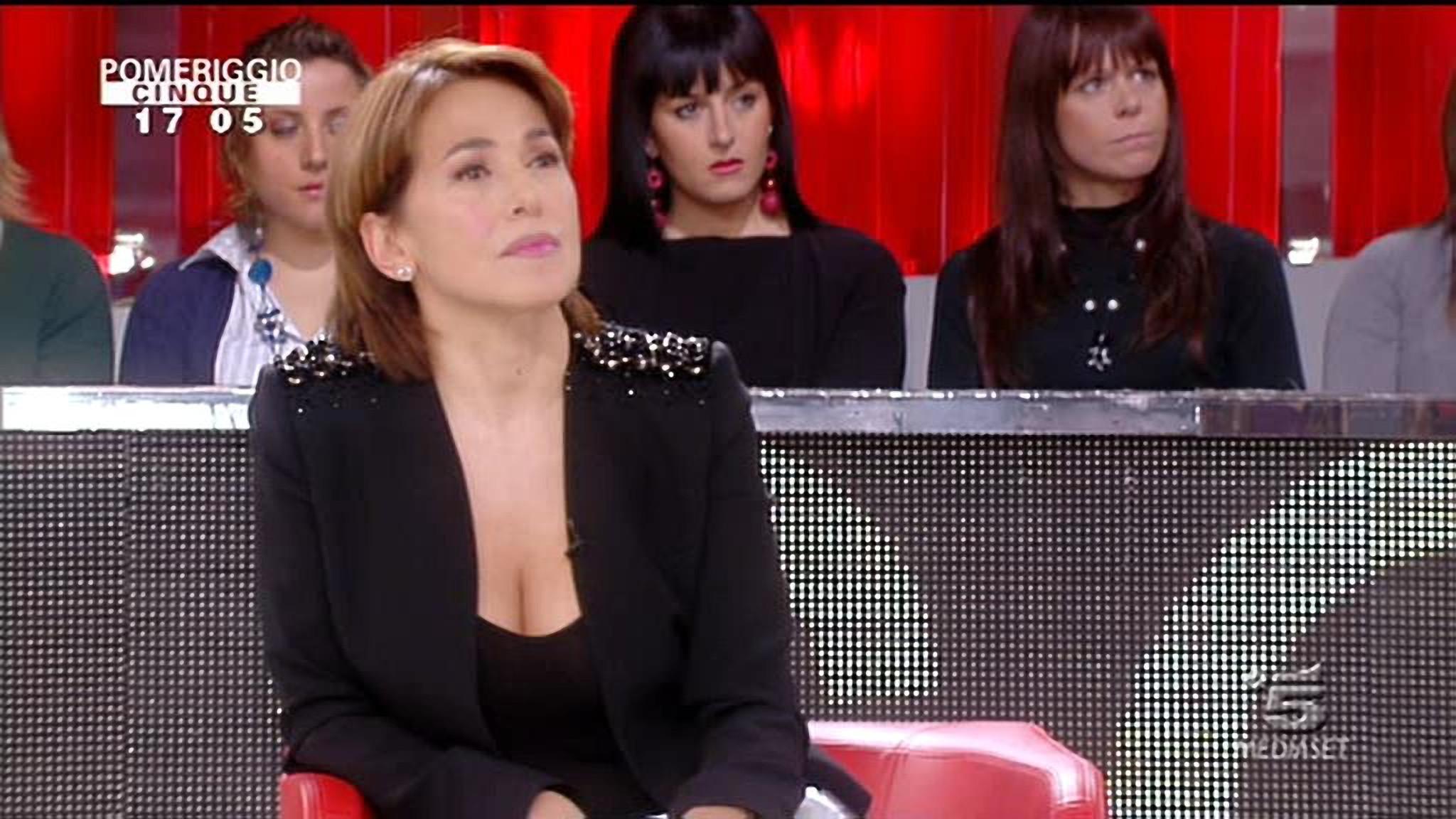 Barbara D'Urso a Pomeriggio 5: 'Gli interpreti costano troppo'. Furia degli studenti di Forlì