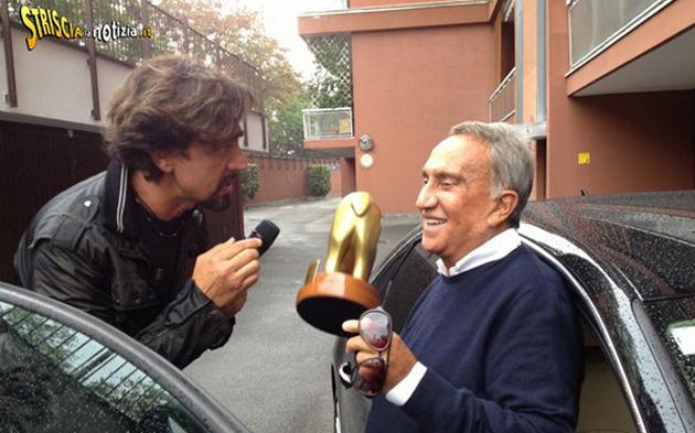 Emilio Fede riceve il Tapiro dOro da Striscia per assenza tv