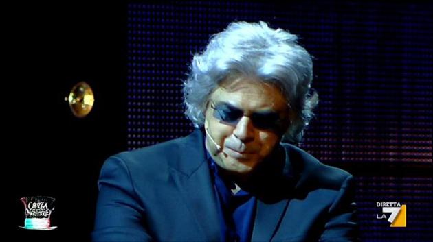 Crozza nel Paese delle Meraviglie (23/11/2012): Formigoni e gli avvistamenti UFO [VIDEO]