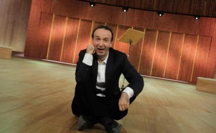 Benigni su Rai 1 decanta La Costituzione e critica Berlusconi [VIDEO]
