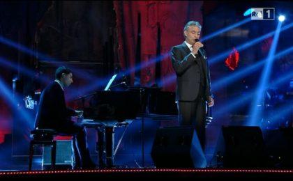 Sanremo 2013: Andrea Bocelli si esibisce accompagnato dal figlio Amos