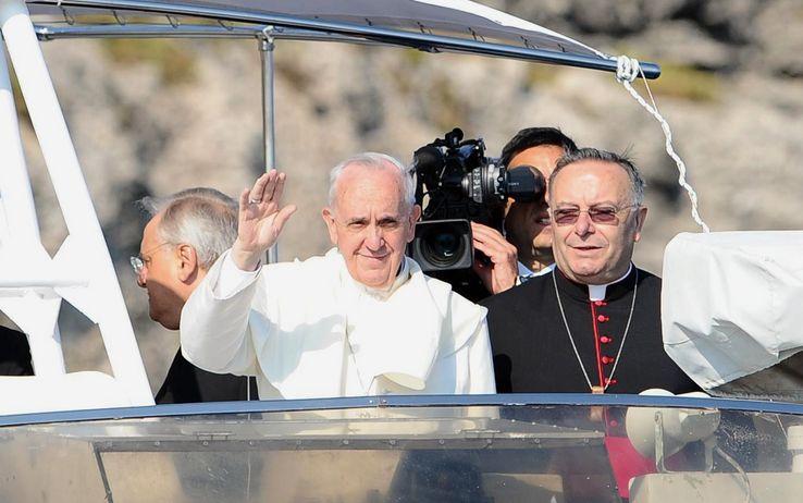Sformat di Mariano Sabatini – Con implacabile delicatezza Bergoglio squarcia l'indifferenza a Lampedusa