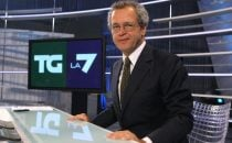 Beppe Grillo contro Enrico Mentana: Giornali e tg fabbricatori di notizie false. Il giornalista lo querela