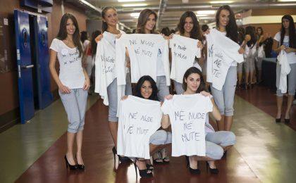 Miss Italia 2013, finaliste contro la Boldrini indossano maglietta 'Né nude né mute'
