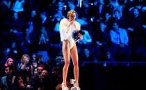MTV Europe Music Awards 2013: Miley Cyrus vince e fuma sul palco in diretta