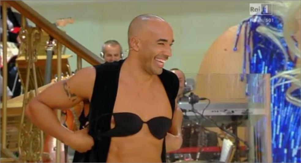 Ballando con le Stelle 2013 lancio del reggiseno: colpo di scena per Amaurys Perez
