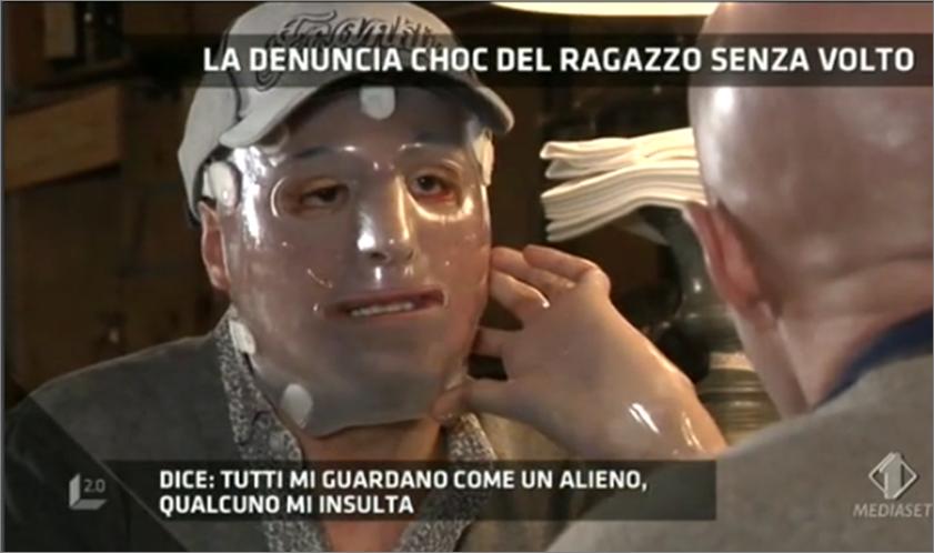 Lucignolo 2.0 choc: il ragazzo senza volto toglie la maschera con Marco Berry [Foto]