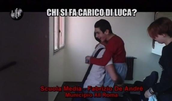 Luca portato per le scale