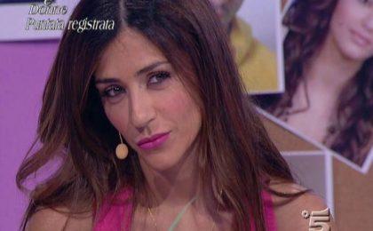 Raffaella Mennoia contro Sharon Bergonzi: i fan di Uomini e Donne vs l'autrice del programma