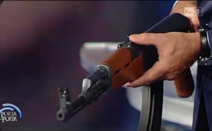 Porta a Porta, Bruno Vespa con kalashnikov copia in diretta TV. Larussa: 'Non si punta neanche scarico'