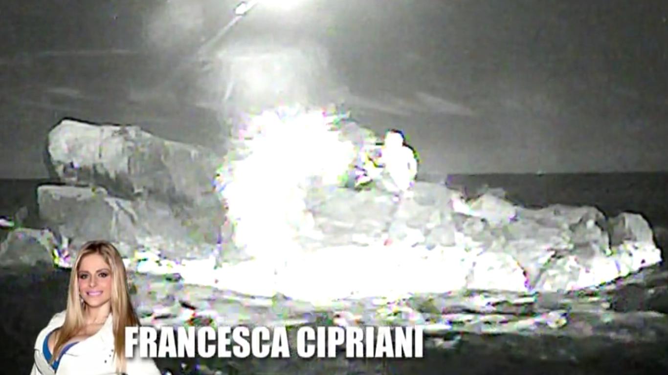 Francesca Cipriani a Scherzi a parte: lo scoglio dell'Isola e il naufragar m'è dolce…