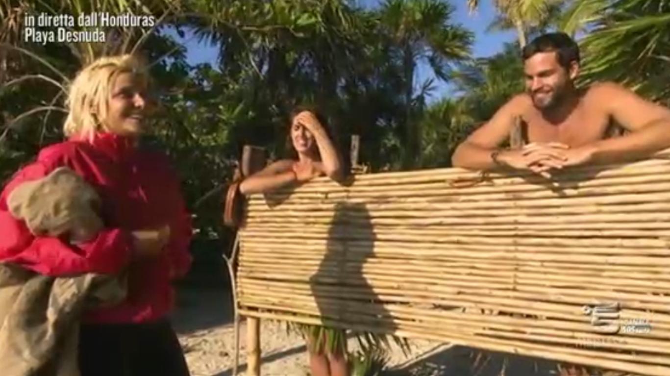 Charlotte Caniggia non capisce che si trova a Playa Desnuda